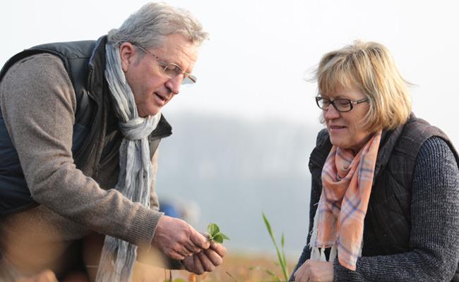 Heinrich und Gisela Bäcker auf einem Spargelfeld in Münster