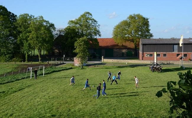 Fussball spielende Kinder auf dem Erdbeer- und Spargelhof von Familie Bäcker in Münster